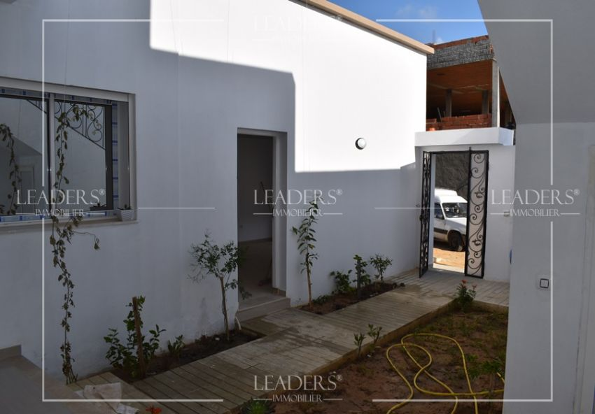 A vendre une magnifique maison située  dans une zone calme et bien demandée à Mrezga Hammamet nord. Notre demeure est  érigée sur deux niveaux.  27246304